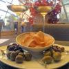 Ассорти из итальянских оливок с картофельными чипсами собственного приготовления