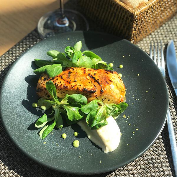Стейк сёмги на гриле в цитрусовой глазури с зелёным салатом
