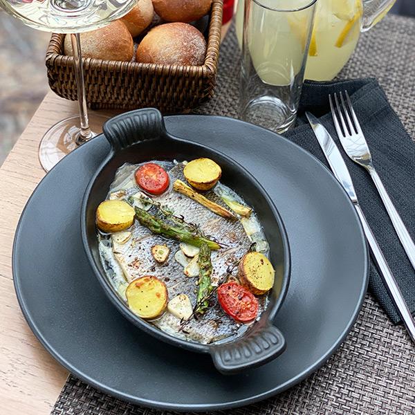 Филе сибаса запечённое на сковороде с овощами