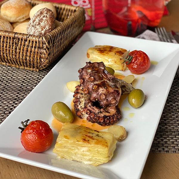 Осьминог на гриле с картофельным гратеном и соусом ромеско