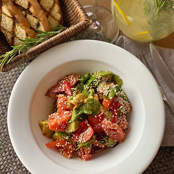 Салат со сладкими томатами, авокадо и тигровыми креветками в соусе Терияки