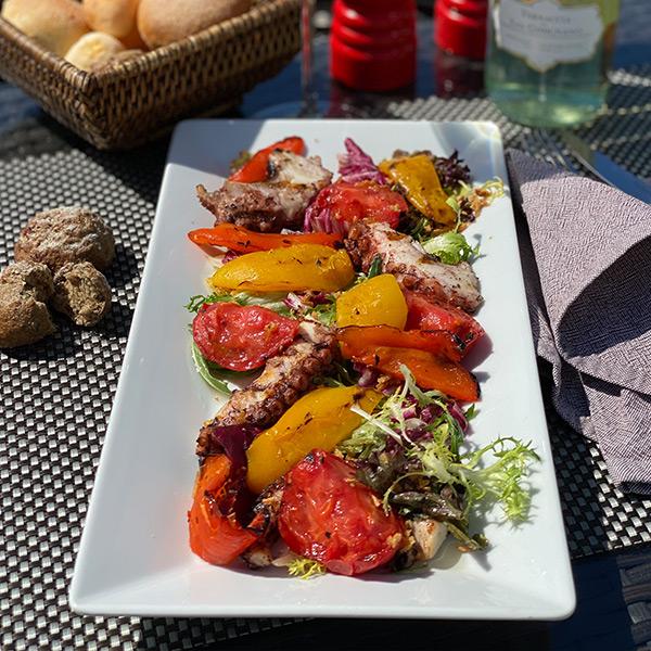 Осьминог с овощами на гриле