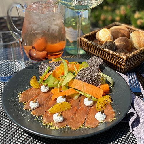 Салат со слабосолёной сёмгой и пастой из овощей
