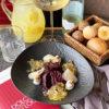 Ломтики подкопченной свёклы с солёным сыром и медовым желе
